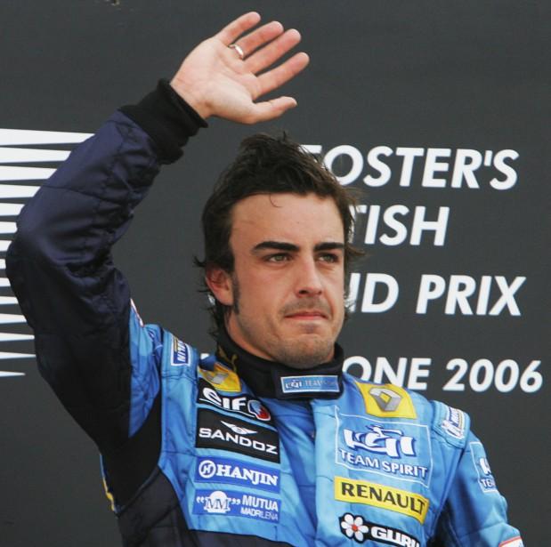 L'Espagnol Fernando Alonso (Renault) salue les spectacteurs de Silverstone après sa victoire en 2006. Il avait devancé l'Allemand Michael Schumacher et le Finlandais Kimi Raïkkönen. (AFP)
