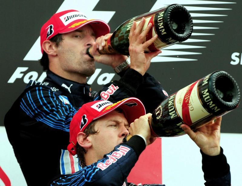 Il s'en est bu du champagne à Silverstone. Le champion de 2009, Sebastian Vettel (alors chez Red Bull) et son coéquipier australien Mark Webber (2e, ce jour-là) prennent chacun une rasade sur le podium. (AP)