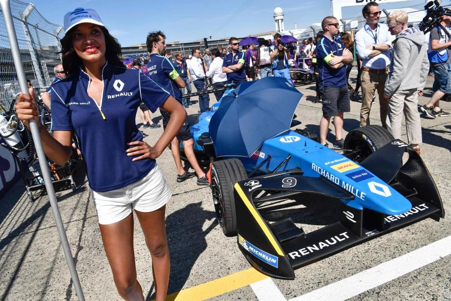 BMW va rejoindre en Formule E un nombre croissant de constructeurs automobiles, comme Audi, Jaguar et Renault. Ci-haut, des mécanos de l'écurie Renault préparent la voiture du pilote suisse Sébastien Buémi avant le GP électrique de Berlin le 11 juin dernier. (Photo : AFP)