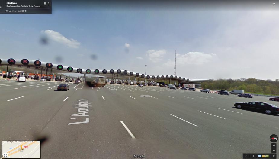L'approche vers les guichets d'un péage implique la gestion de flux croisés de trafic. Celui deSaint-Arnoult-en-Yvelines est le plus grand d'Europe. | 12 juillet 2017