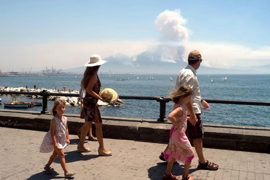Sur le Vésuve, les colonnes de fumée de... (PHOTO AFP)