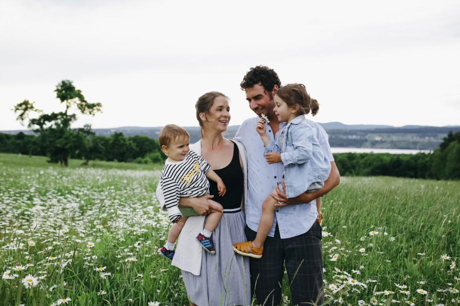 Ange Hébert-Corriveau, avec son amoureux Sam et leurs enfants, Gaspard et Clara (Elisabeth Simard)