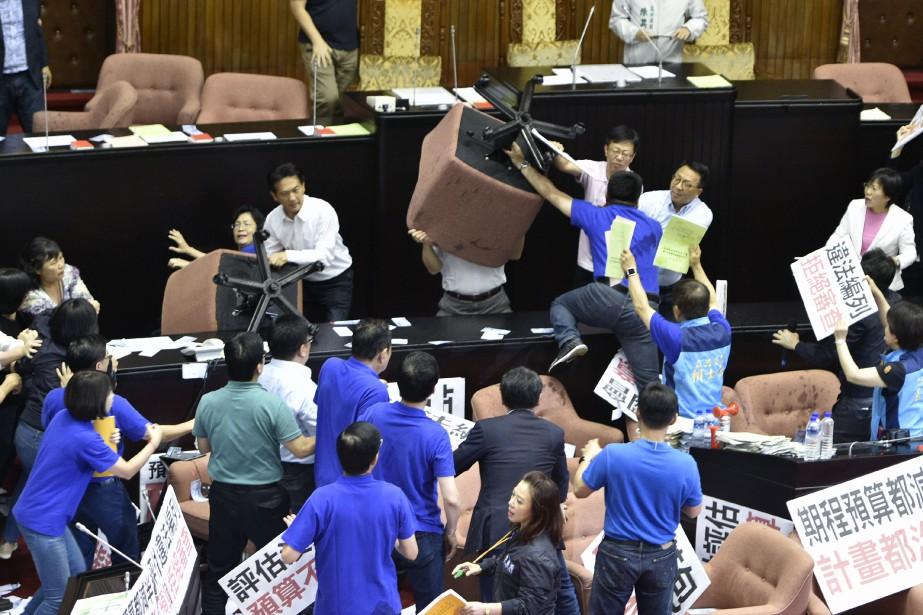 Des députés ont notamment brandit des chaises au... (PHOTO SAM YEH, AFP)