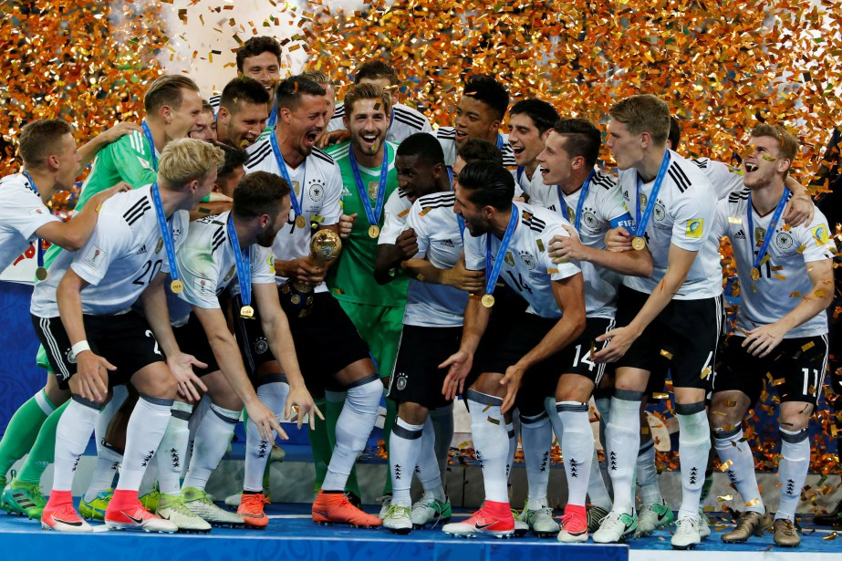 L'équipe nationale de soccer d'Allemagne a remporté un tournoi à stade de Saint-Pétersbourg, le 2 juillet. Cette semaine, c'est le gros lot Volkswagen que l'équipe a gagné. (PHOTO : REUTERS)