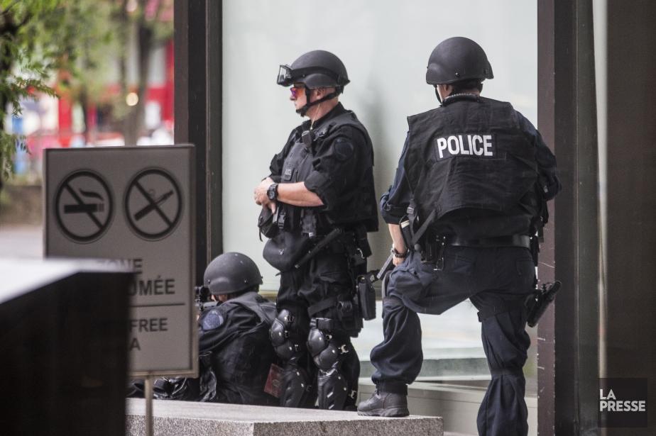 Des policiers lourdement armés du groupe d'intervention tactique... (PHOTO OLIVIER PONTBRIAND, LA PRESSE)
