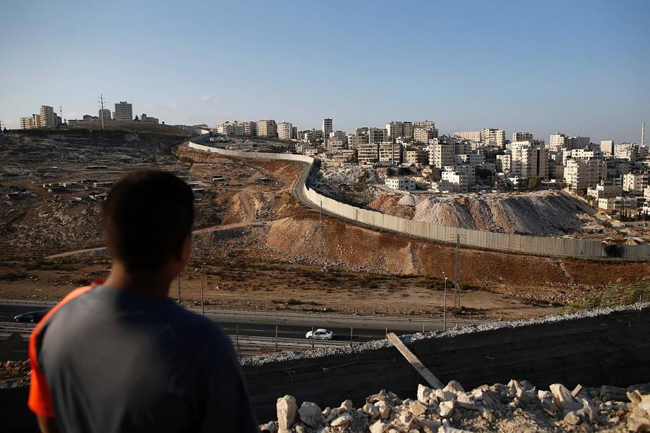 Un jeune Palestinien installé à Jérusalem Est regarde... (PHOTO AHMAD GHARABLI, ARCHIVES AGENCE FRANCE-PRESSE)