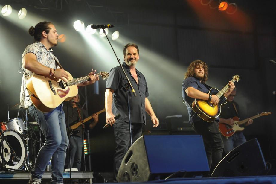 Le groupe 2Frères a rejoint Paul Piché sur scène, au grand plaisir de la foule. | 16 juillet 2017