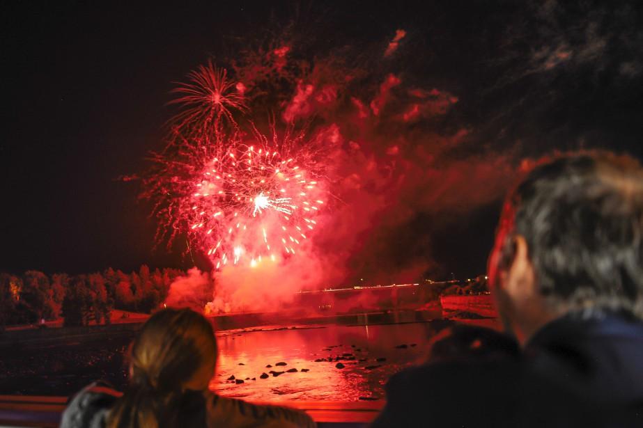 L'organisation a estimé la foule à 10000 personnes au centre-ville au moment des feux d'artifice. | 16 juillet 2017