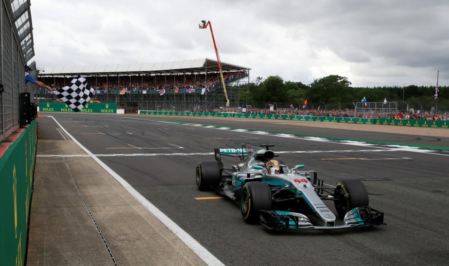 Lewis Hamilton franchit la ligne d'arrivée, terminant premier au GP de Grande-Bretagne. (AFP)