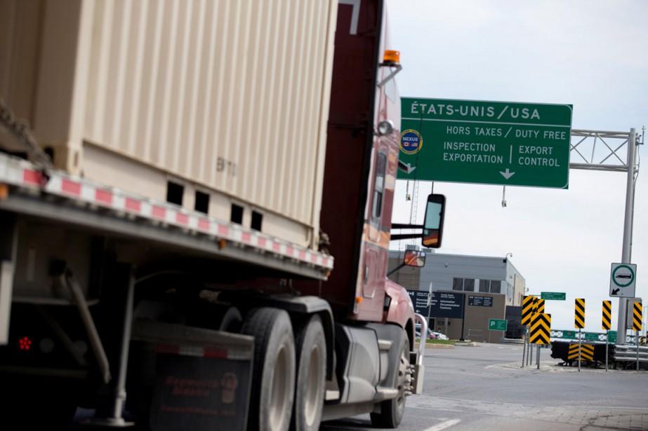 Un camion transportant des marchandises à destination des... (PHOTO CHRISTINNE MUSCHI, ARCHIVES REUTERS)