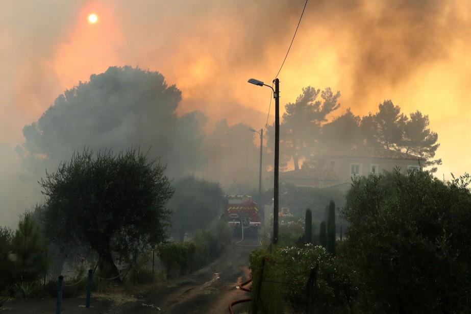 Les pompiers ont pris le contrôle lundi soir... (PHOTO AFP)