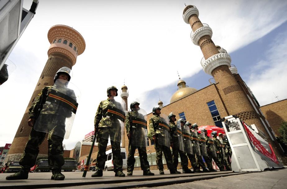 Le rallye Silk Way traverse la province du Xinjiang, où de vives tensions existent entre les Ouïghours turcophone et musulmane et les Hans, une minorité chinoise immigrée dans la région. Cette photo et celles qui suivent ont été prises durant l'été 2009. Ci-haut, la police para-militaire avait pris position dans le grand bazar d'Urumqi durant des troubles qui ont fait 200 morts. (AFP)