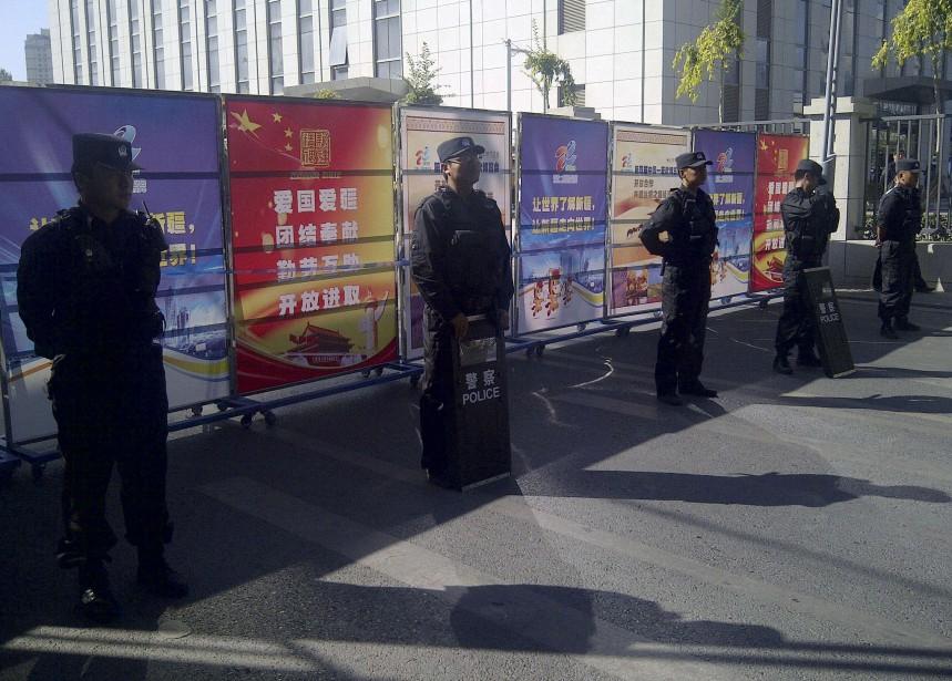 Des policiers anti-émeute à un point de contrôle près du palais de justice d'Urumqi le 14 septembre 2014, lors du procès d'un intellectuel ouïghour, Ilham Tohti. Ce professeur d'économie ayant pris position pour les droits des Ouïghours a été arrêté en janvier 2014 et accusé par les autorités chinoises d'avoir encouragé l'indépendance de cette région autonome de l'extrême ouest de la Chine. (REUTERS)