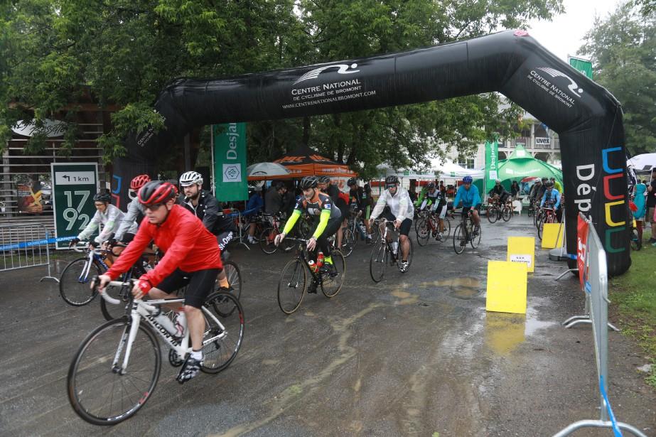 Soixante-douze participants ont pédalé sous la pluie lors du Défi Vélo Desjardins roule pour l'espoir2017. | 17 juillet 2017