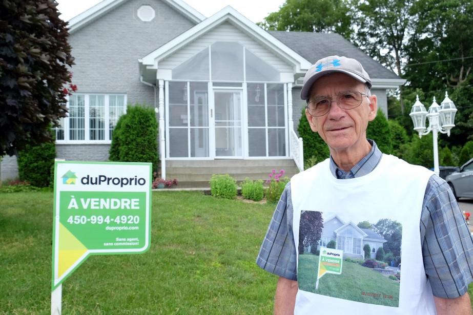 Roger Plamondon traîne littéralement sa maison avec lui. Le Granbyen a trouvé une façon originale de vendre sa propriété en imprimant sa photo et son numéro sur un débardeur qu'il enfile lors de ses déplacements en ville. | 17 juillet 2017