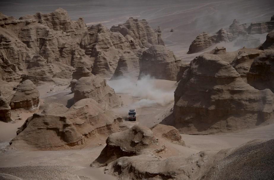 Le trio tchèque de Martin Kolomy et ses copilotes Jiri Stross et Michal Ernst traverse le désert lors de la neuvième épreuve du Silk Way 2017, en Chine. | 17 juillet 2017