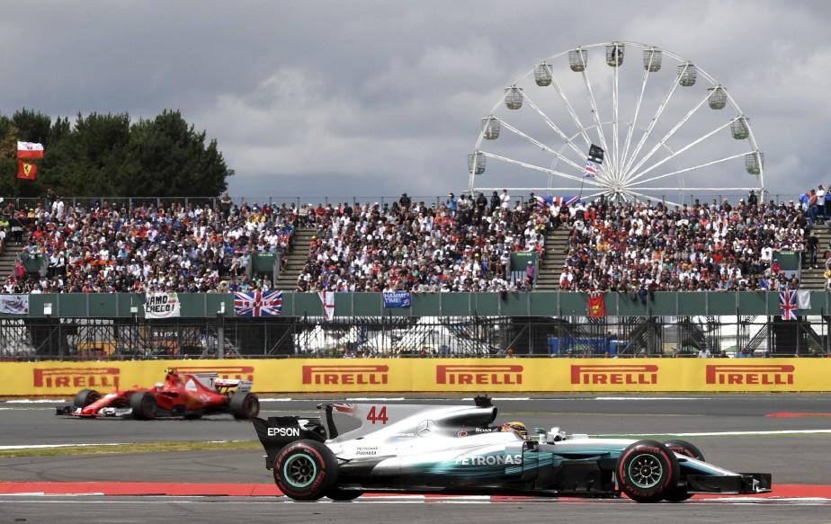 Le Britannique Lewis Hamilton est suivi du Finlandais Kimi Raikkonen lors du Grand Prix de Silverstone, au Royaume-Uni. | 17 juillet 2017