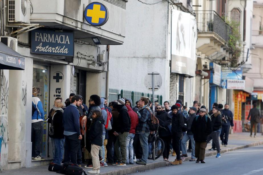 Dès 8h00, mercredi matin, les premiers clientsfaisaient la... (Photo Andres Stapff, REUTERS)