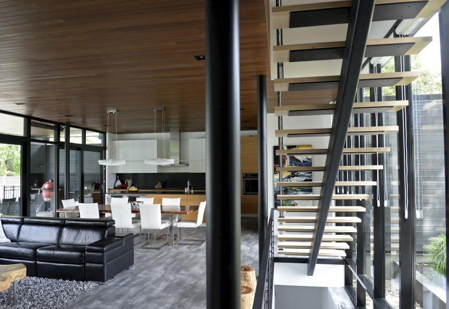 Le plafond de bois réchauffe l'espace à aire ouverte du rez-de-chaussée. (Le Soleil, Yan Doublet)