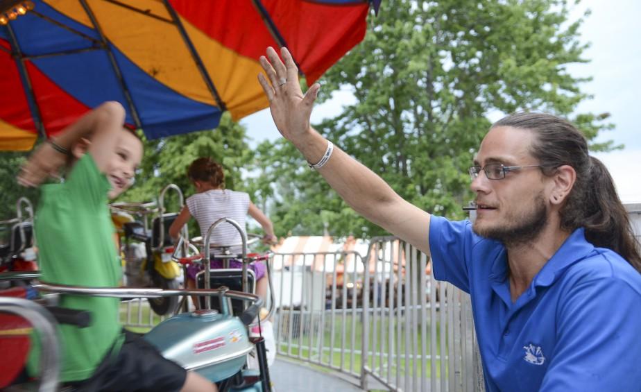 Shawn Ouellet adore interagir avec les enfants qui font un tour dans les Hamptons Motos. (Spectre média, Stéphanie Vallières)