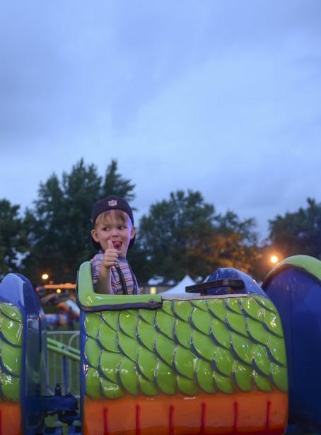 Le petit Benjamin s'amuse dans le Dragon Wagon. (Spectre média, Stéphanie Vallières)