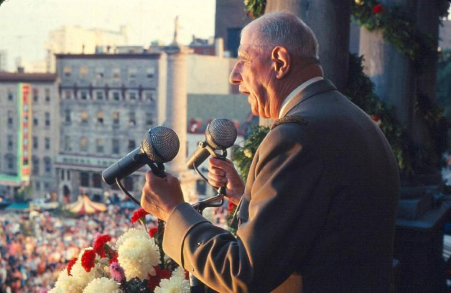 Le général de Gaulle au balcon de l'hôtel... (Photo fournie par les Archives de la ville de Montréal)