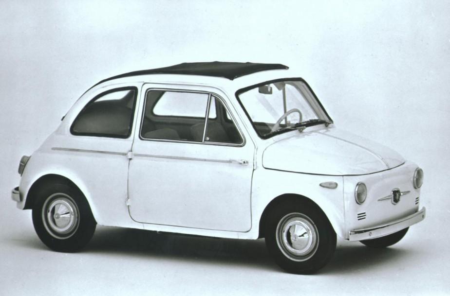 1957 :Face à la Mini, plus novatrice, la Fiat 500 use de tous ses charmes pour appâter les consommateurs. Ce sera un succès. ()