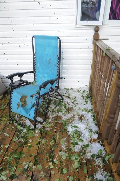 Cette chaise a été trouée par les grêlons, qui étaient toujours visibles plusieurs heures après être tombés. (Le Progrès, Gimmy Desbiens)