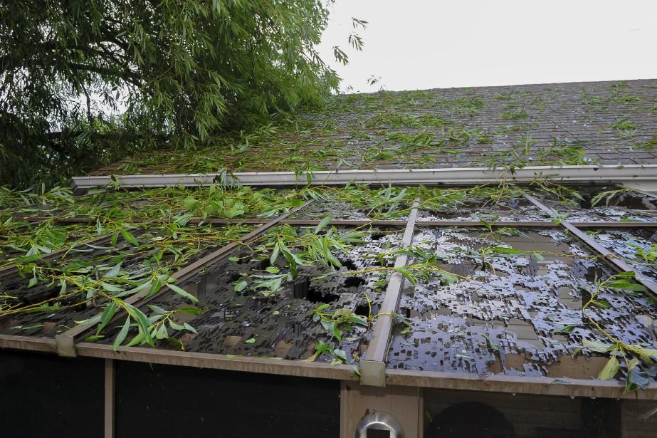 Le toit du solarium d'une maison de la rue Saint-Wilbrod à Hébertville-Station a été détruit par la grêle. (Le Progrès, Gimmy Desbiens)
