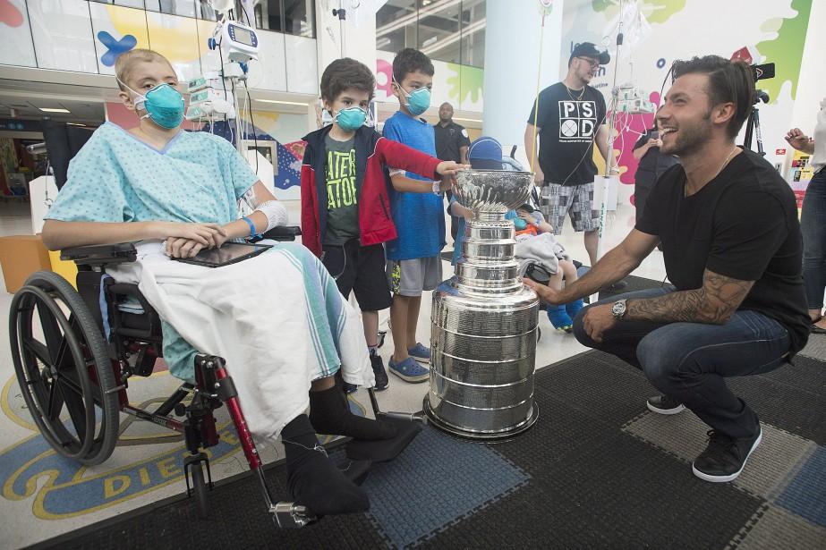 Kris Letang a rendu visite aux enfants à... (Photo Graham Hughes, La Presse Canadienne)