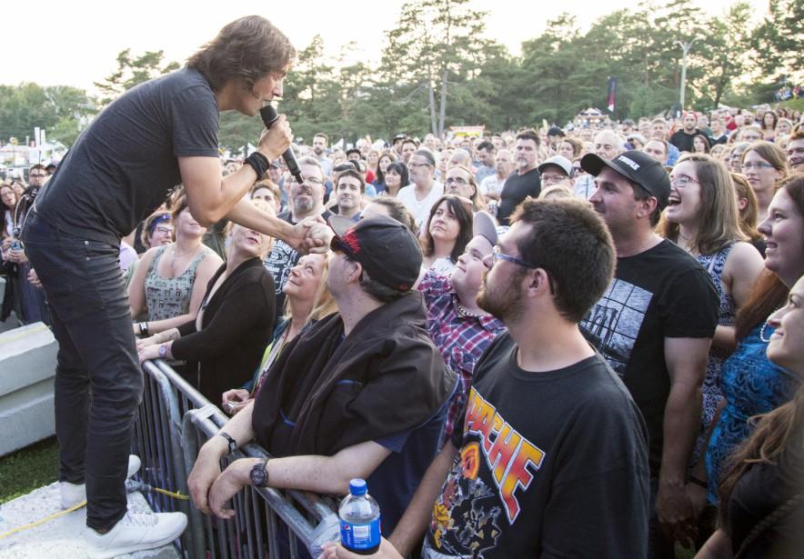 David Usher a beaucoup interagi avec les spectateurs durant de sa performance jeudi. (Spectre média, Marie-Lou Béland)