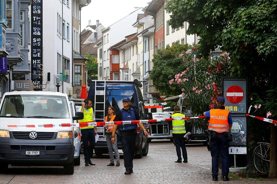 Un policier installe un cordon de sécurité pour... (PHOTO ARND WIEGMANN, REUTERS)