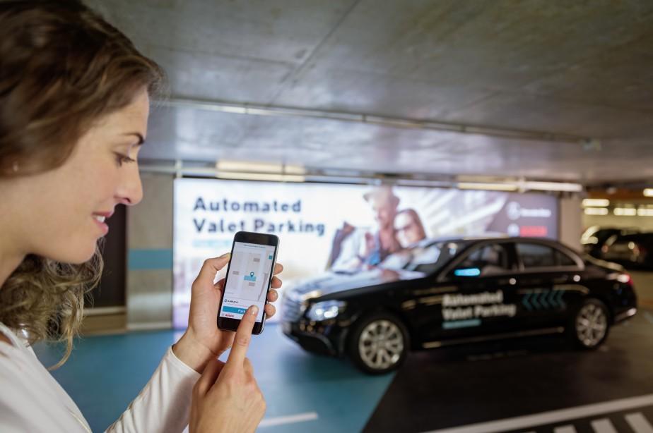Mercedes-Benz a fait une démonstration dans lestationnement multi-étagé du Musée Mercedes-Benz du dispositif de stationnement autonome qu'il développe avec l'équipementier Bosch. Les voitures vont se stationner toutes seules en réponse à une commande transmise par téléphone intelligent. Les émetteurs et les senseurs du stationnement sont fournis par Bosch, tandis que le logiciel de stationnement autonome est signé Mercedes- Benz. (Daimler AG)