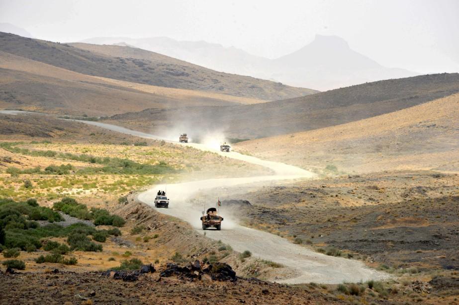 Des véhicules de l'armée afghane en patrouille près... (AFP)