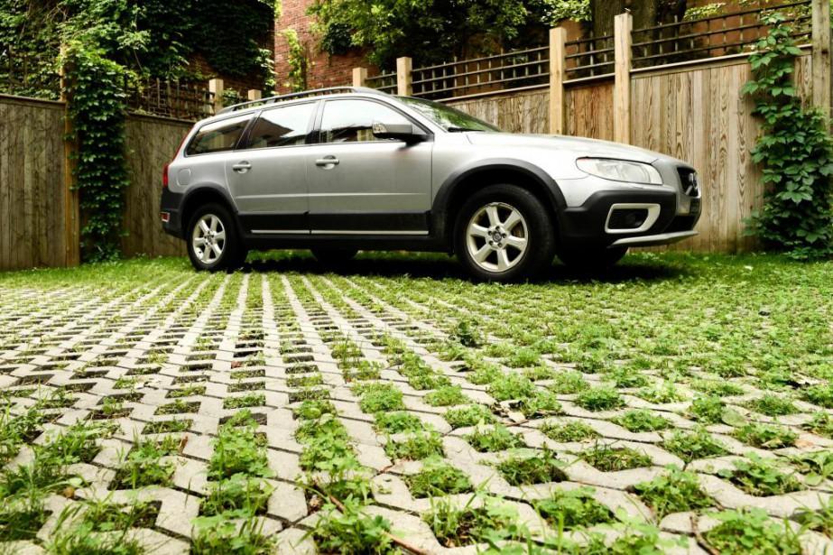 Un stationnement fait avec des dalles à gazon,... (Photo Bernard Brault, La Presse)
