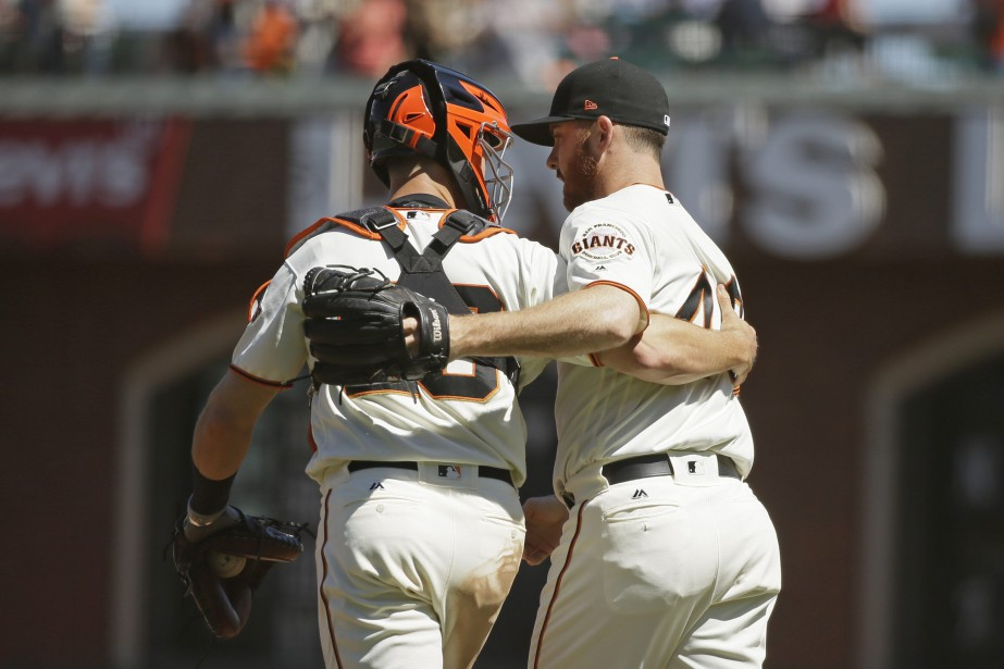Buster Posey et Sam Dyson... (PHOTO Eric Risberg, AP)