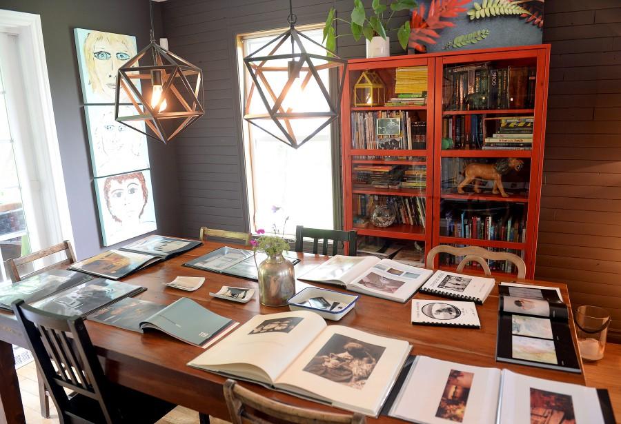Vivante, la salle à manger témoigne de l'amour que la maisonnée porte aux voyages et à la photo. (Le Soleil, Erick Labbé)