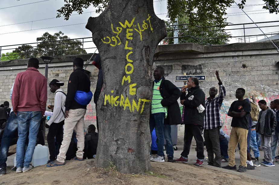 Des migrants attendent une distribution alimentaire dans le... (PHOTO CHRISTOPHE ARCHAMBAULT, archives AFP)