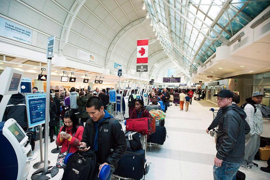 Les voyageurs sont invités à communiquer avec leur... (Archives La Presse canadienne, Aaron Vincent Elkaim)