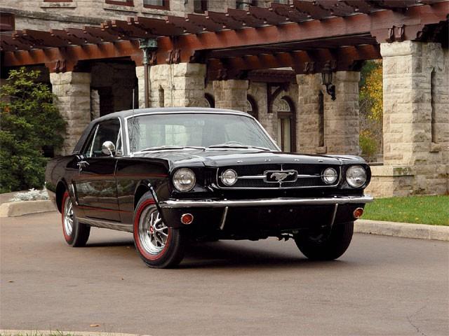 1964 : les 100 000 premiers exemplaires se sont vendus en trois mois. La passion des amateurs pour la Mustang a varié avec le temps, mais l'an dernier, la toute première pony car a été la voiture sport la plus vendue au monde. ()