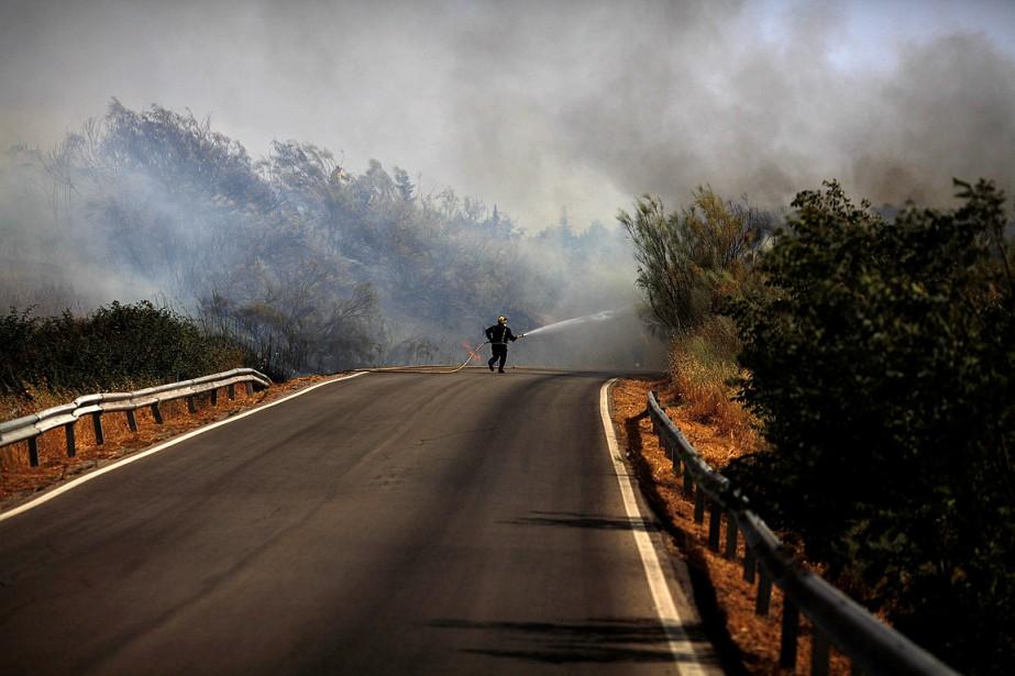 Un pompier combat un incendie de forêt dans... (PHOTO JON NAZCA, ARCHIVES REUTERS)