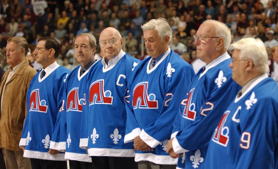 Maurice Filion (à gauche complètement) au Colisée de Québec en septembre 2002, tout juste avant un match entre l'Avalanche du Colorado et le Canadien de Montréal. (Photothèque Le Soleil, Jean-Marie Villeneuve)