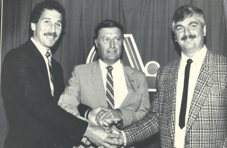 Maurice Filion (centre), en compagnie de l'entraîneur-chef des Nordiques, André Savard (gauche) et du nouvel entraîneur adjoint de l'équipe, Alain Chainey, en 1987. Savard n'aura été en poste que 24 matchs avant d'être congédié. (Archives Le Soleil)
