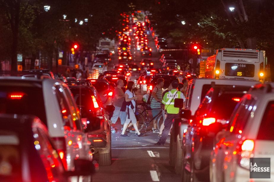 La circulation était difficile dans l'est du centre-ville... (PHOTO SIMON GIROUX, LA PRESSE)