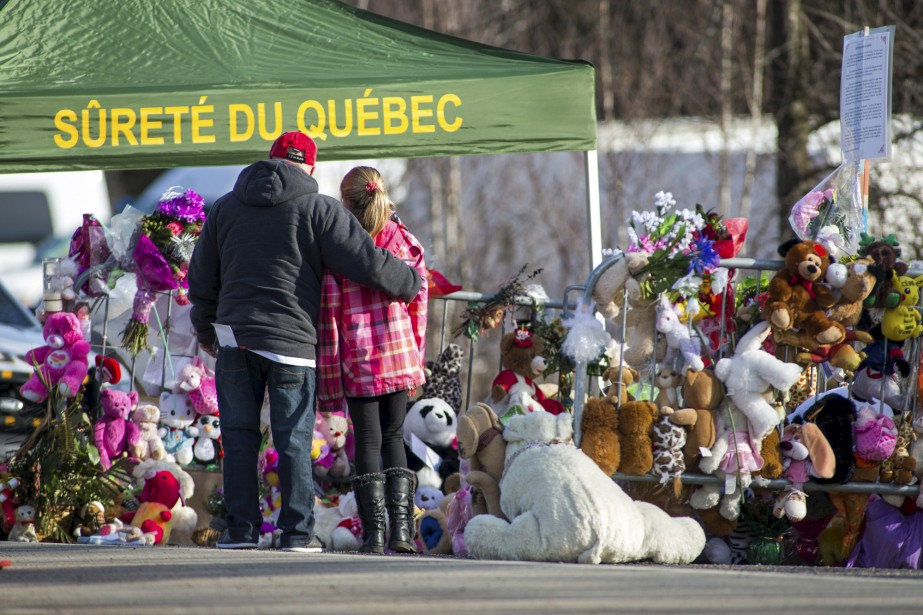 Une semaine après la découverte des ossements de Cédrika Provencher, les citoyens étaient toujours nombreux à venir déposer des fleurs et des peluches à proximité des lieux où a été retrouvée la jeune fille. | 30 juillet 2017