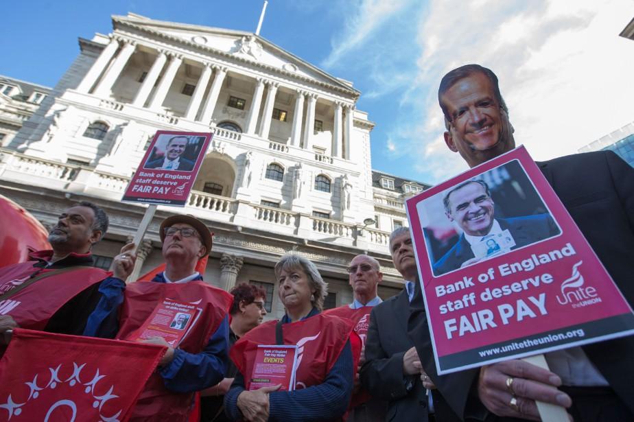 Le personnel en grève a manifesté avec des... (PHOTO Daniel LEAL-OLIVAS, AFP)