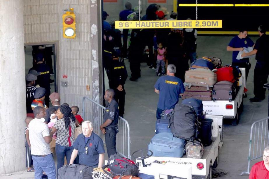 Des demandeurs d'asile provenant des États-Unis sont arrivés... (Photo David Boily, La Presse)