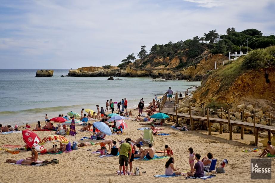 L'accident s'est produit sur la plage de Caparica,... (Photo PATRICIA DE MELO MOREIRA, La Presse)