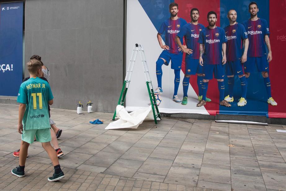 Des vendeurs de la boutique du FC Barcelone... (Photo Josep Lago, AFP)