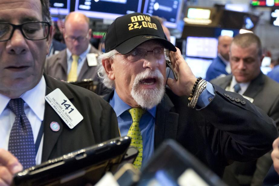 Le Dow Jones a clôturé pour la première fois mercredi... (Photo Richard Drew, AP)